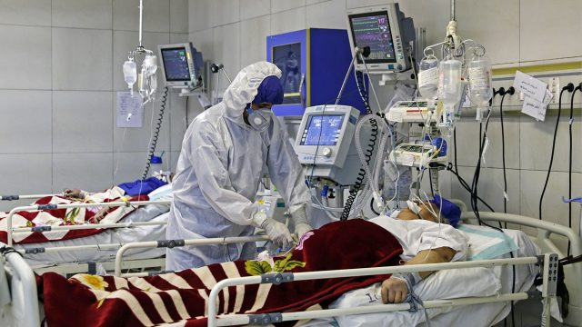 "An Iranian medic treats a patient infected with the COVID-19 virus at a hospital in Tehran on March 1, 2020. - A plane carrying UN medical experts and aid touched down on March 2, 2020, in Iran on a mission to help it tackle the world's second-deadliest outbreak of coronavirus as European powers said they would send further help. (Photo by KOOSHA MAHSHID FALAHI / MIZAN NEWS AGENCY / AFP) / === RESTRICTED TO EDITORIAL USE - MANDATORY CREDIT ""AFP PHOTO / HO / MIZAN NEWS AGENCY"" - NO MARKETING NO ADVERTISING CAMPAIGNS - DISTRIBUTED AS A SERVICE TO CLIENTS ==="
